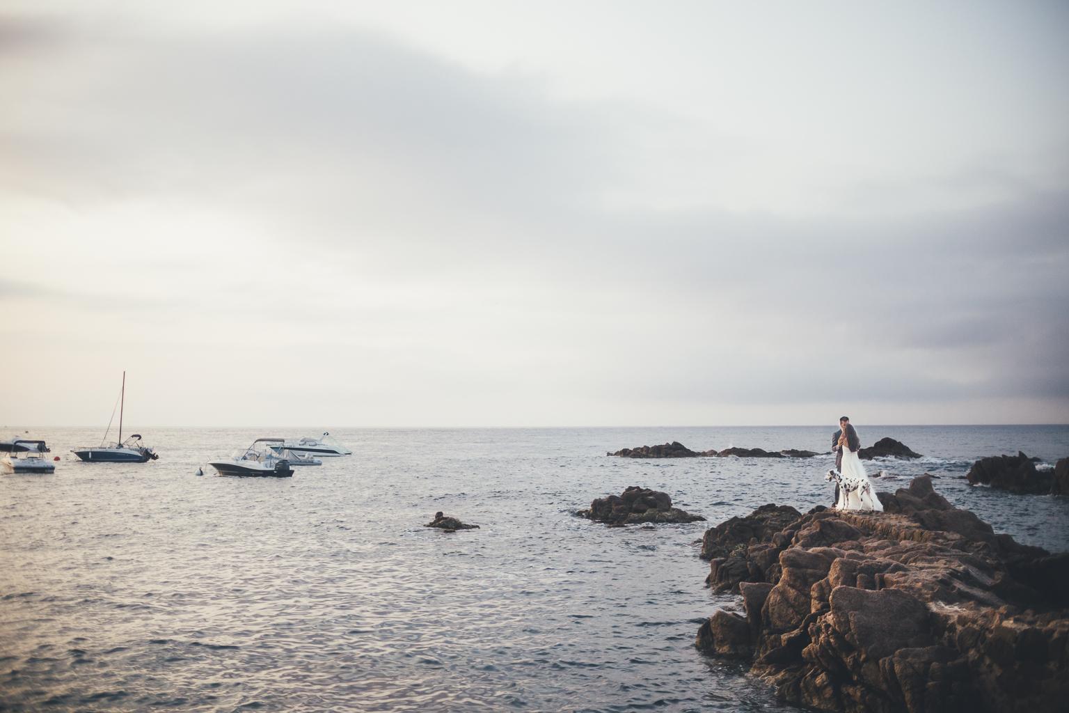 Postboda en Girona :: Postboda en la playa :: Costa brava :: Sant Feliu de Gíxols :: Els pontets :: Postboda con Perros :: Boda con Perros :: Reportaje de pareja con Perros :: Amanecer en la playa