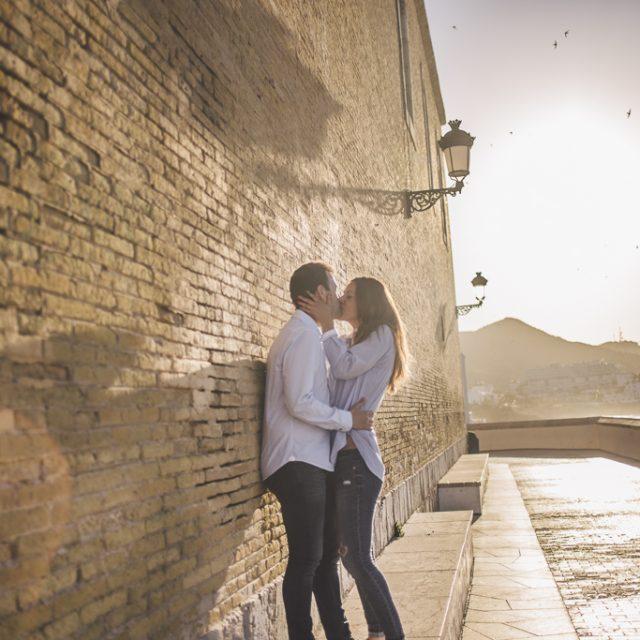 fotógrafo de pareja Sitges :: fotógrafo preboda Barcelona :: Fotógrafo Barcelona :: fotógrafo Sitges :: amanecer :: pareja en la playa
